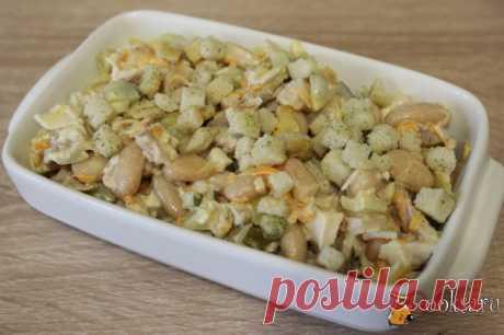 """Салат с курицей и фасолью """"Сытный"""" Приготовить салат с курицей и фасолью """"Сытный"""" очень просто и довольно быстро. Продукты для этого салата найдутся в холодильнике практически всегда. Такой салат можно приготовить к обеду или ужину в будний день, а можно и для праздничного стола."""