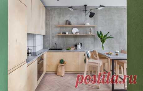 Кухня из фанеры, бетонные стены и стеклоблоки — необычная квартира в Минске — INMYROOM