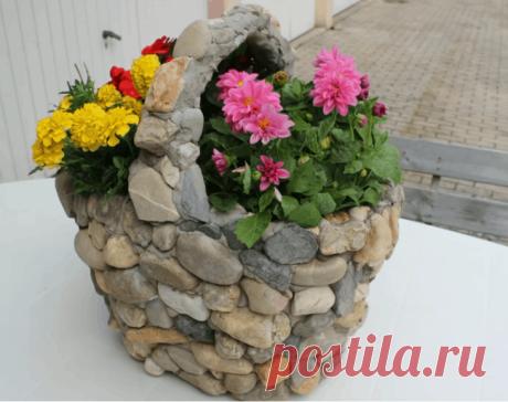 Мини-клумба для участка Отличной альтернативой громоздким стационарным вазонам станет каменная корзинка для цветов.Особая ее прелесть заключается в маленьком секрете, благодаря которому каменное кашпо имеетотносительно неб...