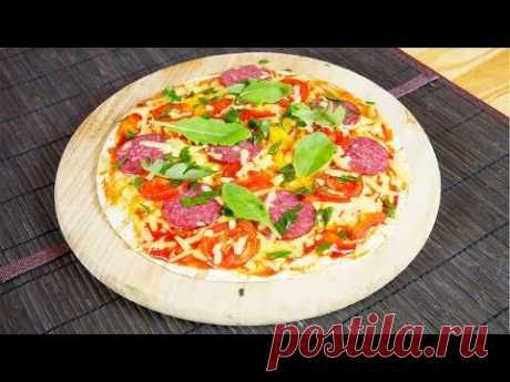 Быстро и вкусно | Пицца из лаваша  Яркая, пестрая, на тонком корже - эта пицца почти как настоящая, только гораздо быстрее. Потому что вместо дрожжевого теста мы используем лаваш.  Ингредиенты  Лаваш - 2 листа Сметана - 1 ст. ложка Сыр твердый - 100 г Салями - 50 г Томатный соус - 2 ст. ложки Помидоры - 2 шт. Перец болгарский - 1/2 шт. Петрушка - 1 веточка Руккола - несколько листиков