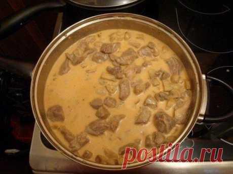 Мясо в сырном соусе  Ингредиенты: Мясо (у нас 1,5 кг замороженной свиной шеи). Шампиньоны (0,5 кг свежих или банка 400 г маринованных, лучше цельных). Сыр плавленый 250 г. Ложка томатной пасты. Приправы по вкусу. Зелень.  Способ приготовления: В первую очередь режем мясо кубиками с гранью 2-4 см и закидываем на сковородку на средний огонь.  Моем грибы, заливаем кипятком из только что закипевшего чайника  Доводим до кипения и варим 10 минут  Не забываем помешивать-переворач...