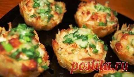 Тарталетки из картофеля с куриным филе под чесночно-сырным соусом  Ингредиенты: Филе курицы - 700 г Майонез - 200 г Чеснок - 3 зубчика Картофель - 6-8 шт (большие) Сыр - 100-200 г Зелёный лук Соль Приготовление: 1. Куриное филе нарезать средними кубиками. В сковороду налить водички (около стакана), добавить майонез и выложить кусочки куриного филе. Посолить. Тушить под крышкой 30 мин. Добавить нарезанный чеснок. Начинка для тарталеток готова. 2. Теперь будем чистить картош...