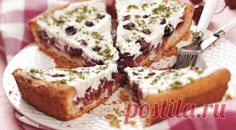 Черешневый пирог с миндальным кремом.