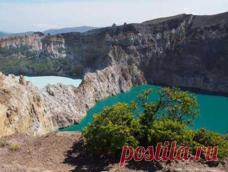 Цветные озера вулкана Келимуту.Индонезия.