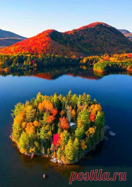 nicesight Quebec, Canada 🇨🇦  Season Autumn 🍁🍃🍂  Photo by therollingvan