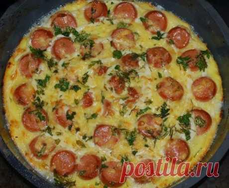 ЗАПЕКАНКА ИЗ КАРТОФЕЛЯ С СОСИСКАМИ  Ингредиенты:  · 5 картофелин · 4 сосиски · 2 яйца · 100 г твердого сыра · масло · зеленый лук · черный молотый перец · соль  Приготовление:  Картофель очистить и отварить в подсоленной воде. Остудить, натереть на крупной терке и добавить взбитые яйца. Посолить, поперчить, перемешать. Выложить картофельную массу на смазанный маслом противень. Сверху разложить мелко порезанные сосиски. Посыпать натертым на мелкой терке сыром. Запекать в ра...