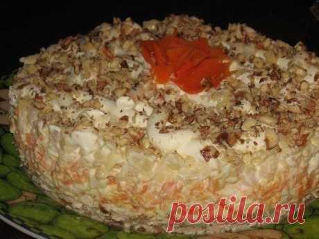 Салат «Валентина». Этот слоеный салат — настоящий закусочный торт для праздничного стола  Ингредиенты:● грудка гриль● лук 2 шт● майонез● морковь 2 шт● яйца 3 шт● сыр● ананас консервированный 1 банка● грецкие орехи Приготовление: 1. Курица, 2 обжаренные луковицы, заправить майонезом, пер…