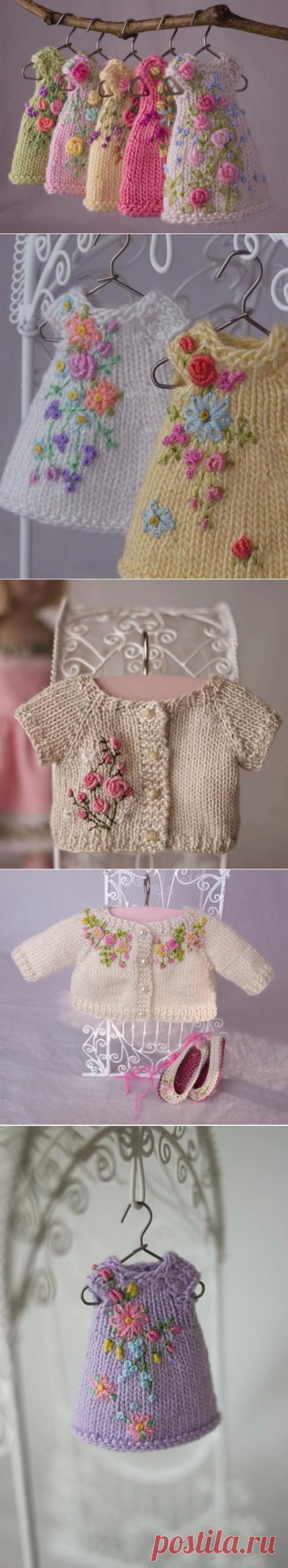 Миниатюрные вязаные одежки для игрушек :)