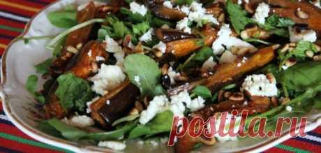 Салат из жареных баклажанов с фетой и кедровыми орешками