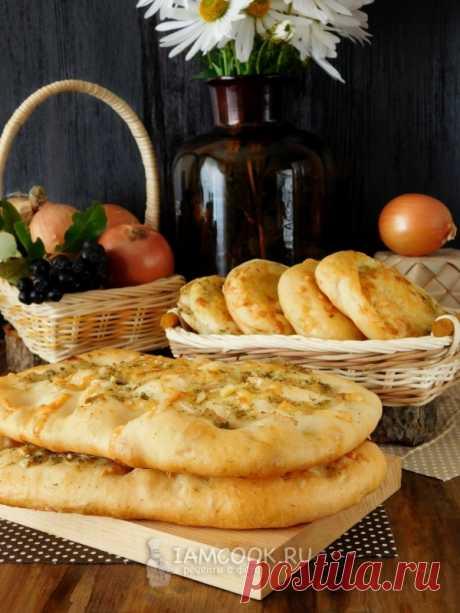 Луковая лепёшка в духовке (с сыром, из дрожжевого теста на кефире)