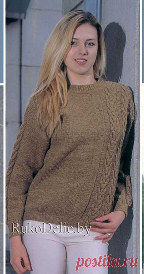 Вязаный спицами пуловер с ассиметричными жгутами ::