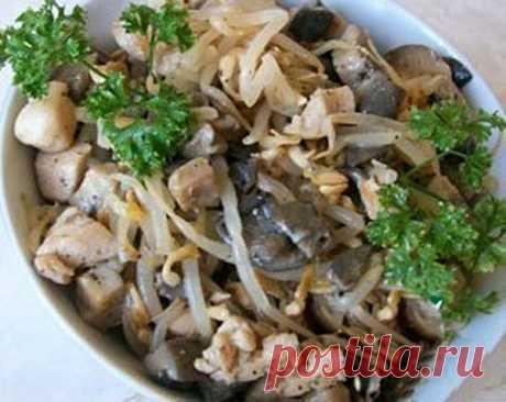 Салат с курицей и грибами и фасолью рецепт с фото пошагово как приготовить Готовим салат с курицей и грибами и фасолью, который именуют «Лесная сказка». Кулинарный рецепт простенького, но очень вкусного салата с необычным вкусом.