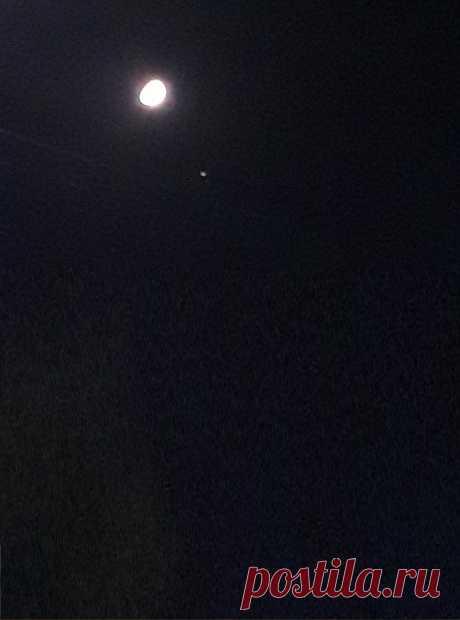 Тихий,теплый вечер октября. В небе звезды и растущая Луна. Легкий ветер пролетает иногда. Звезды все рассыпались по небосклону, Лишь одна из них сегодня, Быть решила рядышком с Луною. И Луна не возражает, И её скорее забавляет, Эта непосредственность звезды. А звезда довольна очень, И от удовольствия сияет еще ярче. Рада,что позволила Луна, В этот вечер рядомс нею быть. Что не прогнала и не закрылась от неё, в мимопроходящих облаках. Пусть сегодня лишь, Но пусть все видят...