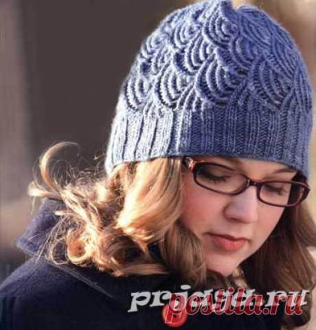 Женская шапка спицами с «чешуйками»