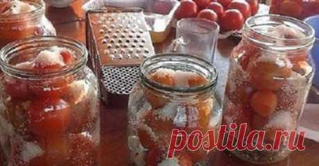 Делюсь обалденным рецептом засолки помидор в литровые банки. Очень вкусно... Волшебный вкус!Соленый помидор Состав и приготовление:Банки стерилизуем и укладываем в них 1-2 зубчика чеснока, добавляем листик лаврушки и кладем небольшие помидоры.Заливаем помидоры кипятком и накры…