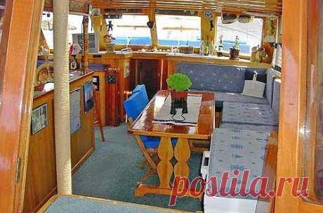 Гюлеты  Турецкие деревянные яхты приравниваются к  5*****  отелю на воде со всеми удобствами в каждой каюте рассчитанной на комфортное проживание и продолжительного путешествия 2- 3 -4 человек. Каюты делятся на дубль, мастер, VIB. Могут иметь кондиционер, ТВ -видео, душ - Шарко, кабинет, отдельную спальню для детей. Отдельные каюты для экипажа. Просторную кают компанию