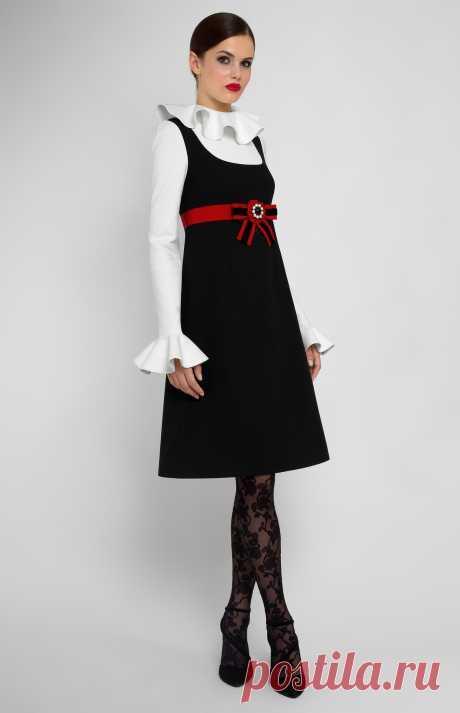 Amyrah Комбинированное платье А-силуэта из эластичного хлопка с длинным рукавом. Воротник и рукава с воланами. Застёжка на пуговицы и потайная молния на спине. Без карманов. Бант ручной работы дизайнера на декоративном поясе. На фото: модель ростом 170 см, размер S.