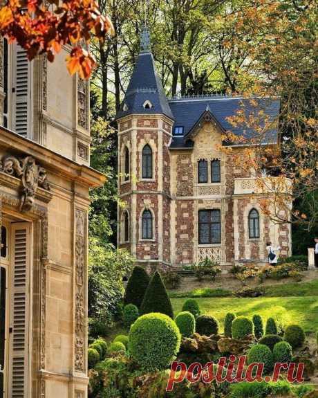 Замок Монте-Кристо -французская усадьба в Порт-Марли, отстроенная  Александром Дюма в 1847 г. на средства от публикации романа «Граф  Монте-Кристо».