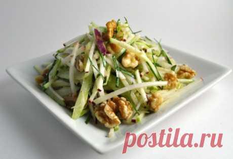 Топ-5 идей салатов для легкого ужина:  Сохрани себе!  1. яблоки + шпинат + грецкие орехи + сельдерей. Заправить соусом из оливкового масла, сметаны и зерновой горчицы.  2. авокадо + яблоко + лайм + киви. Заправить соусом из меда, мяты и орехов  3. брынза + зеленый лук + салатные листья + редис. Заправить соусом из сметаны и укропа.  4. молодая капуста + огурцы + вареные яйца. Заправить соусом из растительного масла и петрушки  5. курица-гриль + томаты-черри + огурцы + салатные листья + зеле