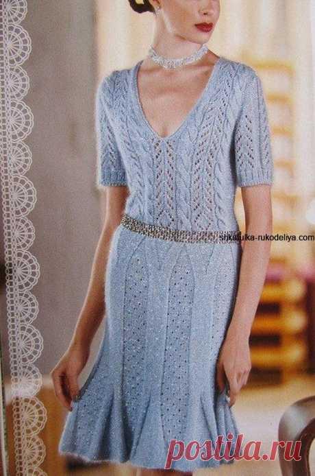 Стильное ажурное платье спицами с вертикальным узором.
