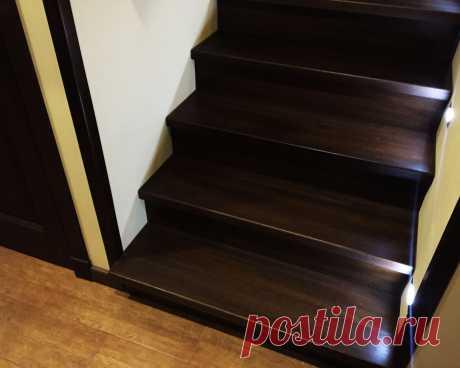 Перила нержавеющие лестницы отделанной дубом