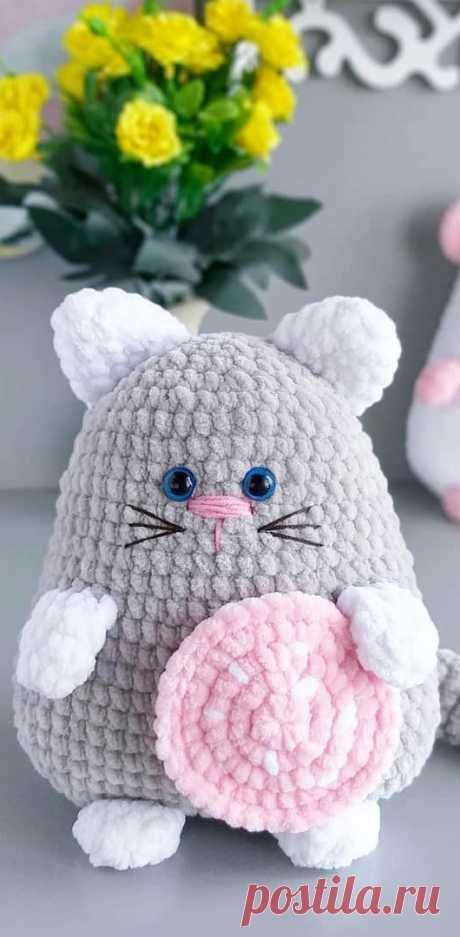 PDF Мышка Пышка и Кот Батон крючком. FREE crochet pattern; Аmigurumi animal patterns. Амигуруми схемы и описания на русском. Вязаные игрушки и поделки своими руками #amimore - котик, кот, кошечка, кошка, котенок, cat, kitten, gato, gatito, gatinho, chat, minou, kitty, kätzchen, мышь, мышка, мышонок, крыса.