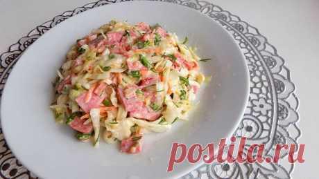 Простой салат из капусты с колбасой Ингредиенты для приготовления салата:Капуста - примерно 500 гр.Полукопченая колбаса - 250 гр.Помидоры - 1 шт.Морковь - 1 шт.Зелень укропа - 1 пучок.Зеленый лук - 1 пучок.Зелень петрушки - 1 пучок.Майонез - по вкусуСоль - по вкусуВидео рецепт приготовления этого салата: