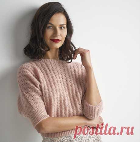 Короткий вязаный спицами пуловер Charisma выполнен нежным ажурным узором из узких вертикальных полос. https://domosed-ka.ru/vyazannyiy-pulover-charisma/ #вязаныйпуловер#пуловерспицами#вязаниепуловера