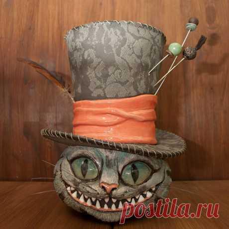 Всеми известный  персонаж из «Алисы в стране в чудес» ✨Копилка высотой 27 см., выполнена на заказ🙌🏻#Чеширскийкот#копилкачеширскийкот#алисавстранечудес#соногня#керамикаручнойработы#pottery#ceramics#ceramicshandmade#handmade#ceramicart#palekh#керамиканазаказ#