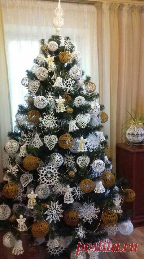 Вязаные новогодние игрушки, снежинки и гирлянды! Вязаные новогодние игрушки, снежинки и гирлянды! Подборка идей для вдохновения! Если вы умеете вязать крючком, спицами или плести макраме, то вам это не составит труда. Если же нет, но вам нравятся нежные кружевные атрибуты Нового года, то вы можете их купить или заказать у мастериц. Сегодня мы подготовили для вас множество идей по использованию вязаных снежинок. ❄ Во-первых, это конечно же игрушки на ёлку.