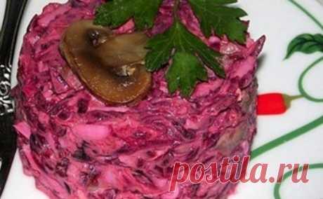 Оригинальный свекольный салат с грибами — безумно вкусно  Ингредиенты: Свёкла вареная — 3 штукиСыр — 30 граммЛук — 1 штукаГрибы — 150 грЯйца вареные — 2 штукиЧеснок — 1-2 зубчикаРастительное масло — для жаркиМайонез — для заправкиЗелень петрушки — для украш…