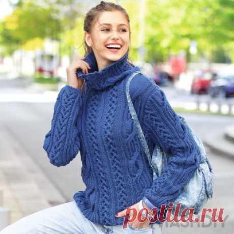 Вязаный синий свитер спицами с косами Вязаный синий свитер спицами с косамиСочетание крупных и узких кос, свободный высокий воротник и теплая шерсть мериноса делают этот свитер желанным в любом гардеробе!РАЗМЕРЫS (M) L (XL) ВАМ ПОТРЕБУЕТСЯПряжа (100% мериносовой шерсти экстрафайн; 120 м/50 г) — 750 (800) 850 (900) г джинсово-синей;
