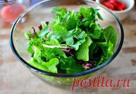 Как убрать горечь из листьев салата в домашних условиях? Бывает, что листья салата горчат. Такая горечь может испортить общее общий вкус того же бутерброда или более сложного салата, в который входит эта зелень.