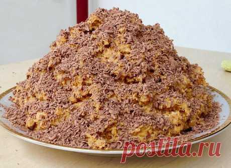 """Торт """"Муравейник"""" за 10 минут   Это вкусный и быстрый в приготовлении тортик без выпечки из минимума продуктов. Готовится он буквально за 10 минут, еще минут 30 для пропитки - и у Вас есть что подать к чаю! Очень вкусно!   Ингредиенты:  печенье (типа """"Юбилейное"""", """"Топленое молоко"""") - 500-600 г;  молоко сгущенное вареное - 1 банка;  масло сливочное - 100 г;  сметана - 2 ст. л.;  мак, орехи, шоколад - по вкусу и желанию.   Приготовление:   Печенье поломать в глубокую посуду ..."""
