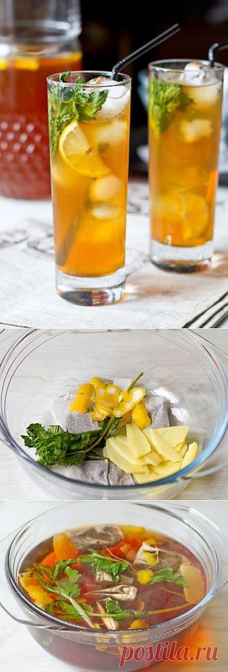 Ледяной чая с имбирем, лимоном и мятой, Это замечательный освежающий напиток, обладающий, ко всему прочему, еще и тонизирующим действием за счет кофеина, содержащегося в чае. Сам чай, к слову, можно выбрать по своему вкусу и заварить вместо черного зеленый.