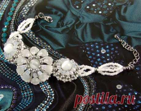 Браслет с белым цветком Браслеты из бисера – Бисерок ажурный белый браслет с цветами выполненный из бисера бусин и стекляруса, пошаговая схема, подробное описание, милый нежный воздушный браслет, просто,