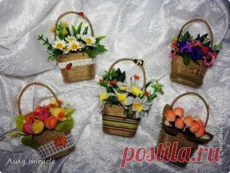 Магнитик в виде плетеной корзинки с цветами
