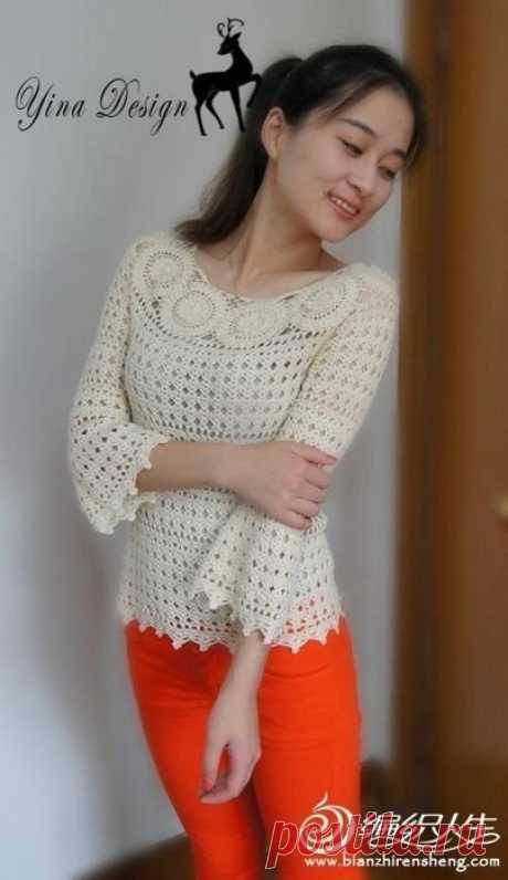 Белый пуловер с круглыми мотивами