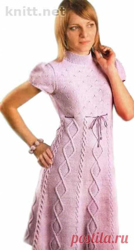 Вязаное платье нежно-розового цвета Вязаное платье нежно-розового цвета. Платье нежно-розового цвета связано спицами для женщин и девушек. Правильный крой платья отлично сидит и смотрится.