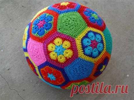 Яркий мяч из мотивов  Интересная идея вязания крючком мяча из мотивов. Цвета и размер готового мячика можно подбирать самостоятельно и использовать для игрушки остатки пряжи. Есть и другой вариант узора для мотива, с остр…