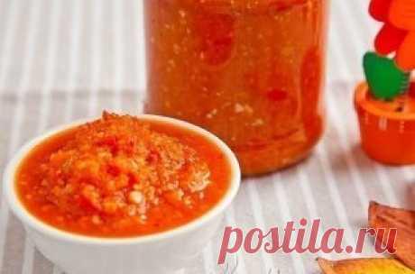 Аджика на зиму. Ингредиенты: помидоры – 2,5 кг перец сладкий – 1 кг яблоки – 1 кг морковь – 1 кг перец горький – 2-3 шт чеснок – 200 г сахар – 1 стакан соль – ¼ стакана подсолнечное масло – 200 г уксус – 200 г Аджика на зиму вареная – рецепт очень вкусный и практичный. Подходит зимой абсолютно к любому блюду: мясо, рис, спагетти, картошка… За счет яблок и морковки – имеет определенную сладость и не сильно острая. Можно этот рецепт еще назвать – аджика с яблоками на зиму. Э...
