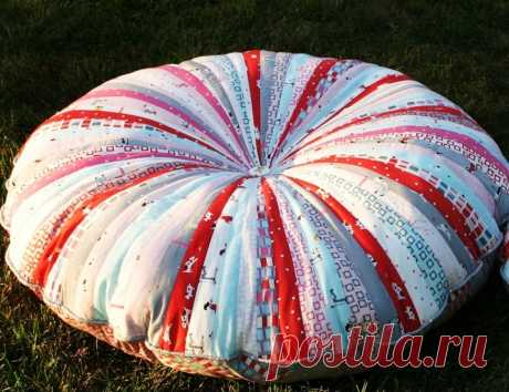 Круглая подушка из лоскутых полосок.