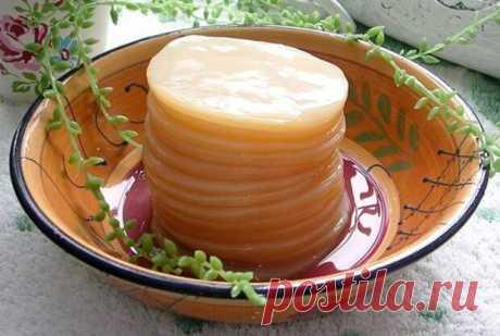 Действительно ли комбуча помогает от рака? Как вырастить чайный гриб у себя дома - Цветочки - медиаплатформа МирТесен Она больше известна как грибной чай, чайное пиво, или просто – «чайный гриб». Такое интересное название пришло к нам из японского языка. В переводе оно означает «чай из морской капусты». Внешне комбуча похожа на небольшую жёлто-коричневую медузу с гладкой верхней поверхностью и рыхлой нижней, со