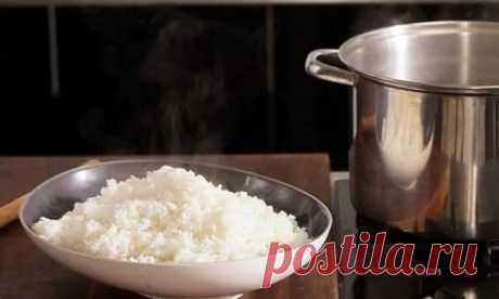 Как варить рис в кастрюле на воде  Приготовление риса – сложная задача для многих начинающих кулинаров. Зачастую зерна слипаются между собой или сильно пригорают. Однако проблем легко избежать, если неотступно соблюдать правила варки. Сегодня поделимся рекомендациями, которые помогут приготовить мягкую и рассыпчатую рисовую кашу. Готовый результат можно употреблять как отдельное блюдо или гарнир для других продуктов. Ингредиенты: Стакан риса; Два стакана очищенной воды; По...