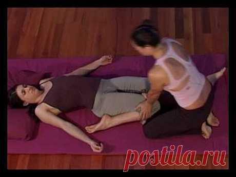 TRADITIONAL THAI YOGA MASSAGE - LEG STRETCHES - YouTube