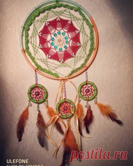 Новый ловец снов ,,Амадео,, Яркий,харизматичный. 890р.  Есть в наличии.Украшен экстраординарным плетением,бусинами и бисером.Так же -перьями петуха.Заказывайте.