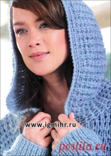 Теплый голубой жакет, связанный объемным узором, с капюшоном. Спицы
