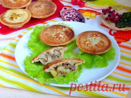 Слоёные пироги с мясом  Ингредиенты: Фарш свиной — 500 г. Картофель (отварной) — 2–3 шт. Тесто слоеное (дрожжевое) — 500 г. Прованские травы — по вкусу. Лук — 1 шт. Перец болгарский (сушеные лепестки) — 1 ч. л. Соль, и перец черный (молотый) — по вкусу.  Способ приготовления: 1. Сваренный в мундире картофель очистить и нарезать кубиками.  2. Лук почистить и нарезать мелко, слегка обжарить, добавить фарш, лепестки болгарского перца, обжарить минут 5 и налить немного воды, т...