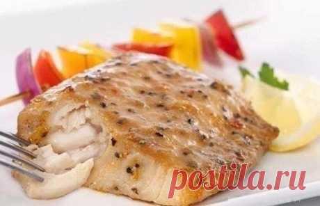 Запеченный минтай с лимоном  на 100г - 136.73 ккал Б/Ж/У - 13.93/8.87/0.37  Ингредиенты:  Филе минтая — 400 г Лимон — 1 шт. Соль — по вкусу Перец — по вкусу Специи для рыбы — 1-2 ч. л.  Приготовление:  1. Включите духовку нагреваться на 200 градусов. 2. Филе минтая промокните бумажным полотенцем. Оно должно быть сухое. 3. Приготовьте два больших листа фольги, каждый лист согните напополам. 4. Филе выложите в центр фольги. 5. Посыпьте рыбу специями, солью, перцем. 6. Лимон ...