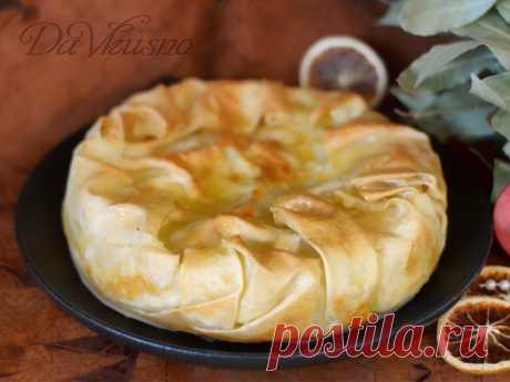 Рецептсырного пирога сабурани ✅ Сабурани - сырный пирог,  в состав которого входит от 2 до 5 сортов различного сыра. Готовится такой пирог совсем не сложно, а понравится абсолютно всем любителям сыра!Ингредиенты для сабурани:✏️ Рецепт теста:Мука - 250 г.Яйцо куриное - 1 шт.Вода - 50 мл.Соль - щепоткаМасло растительное...